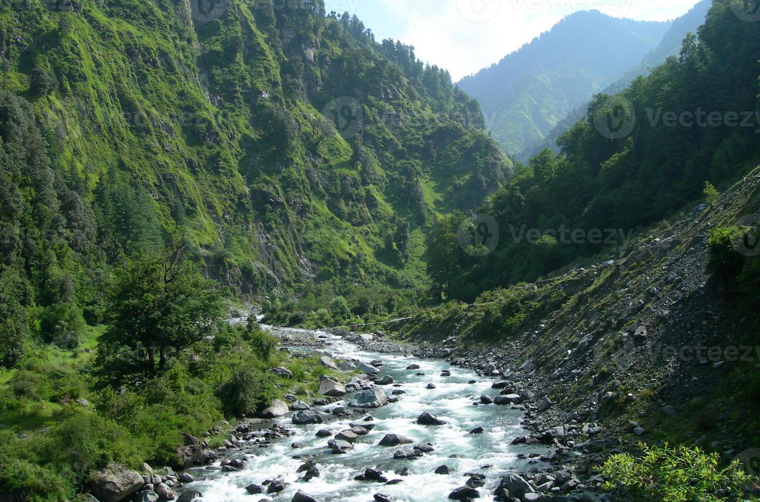 río en el alto himalaya, india foto