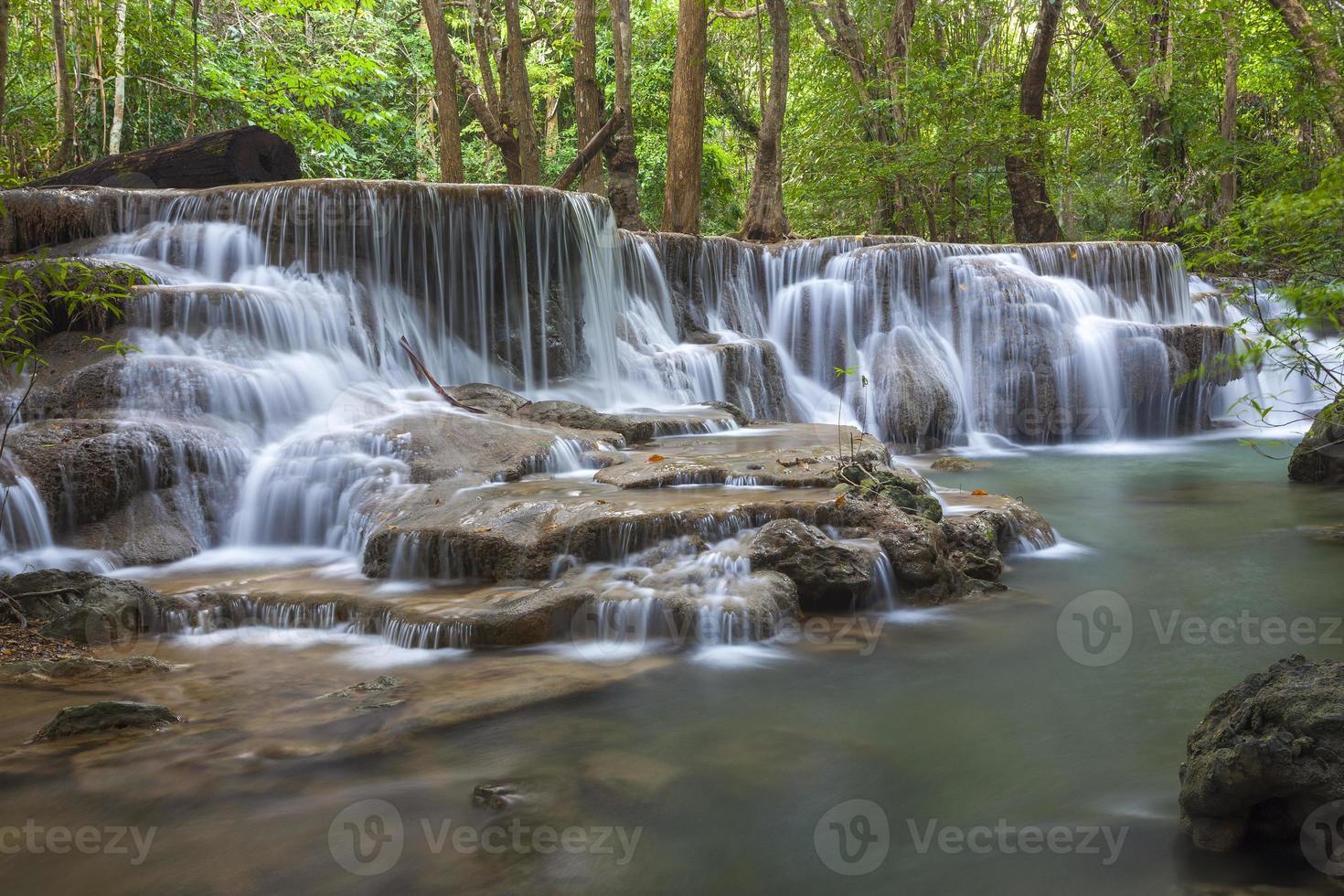 Cascada de Huay Mae Kamin en la provincia de Kanchanaburi, Tailandia foto