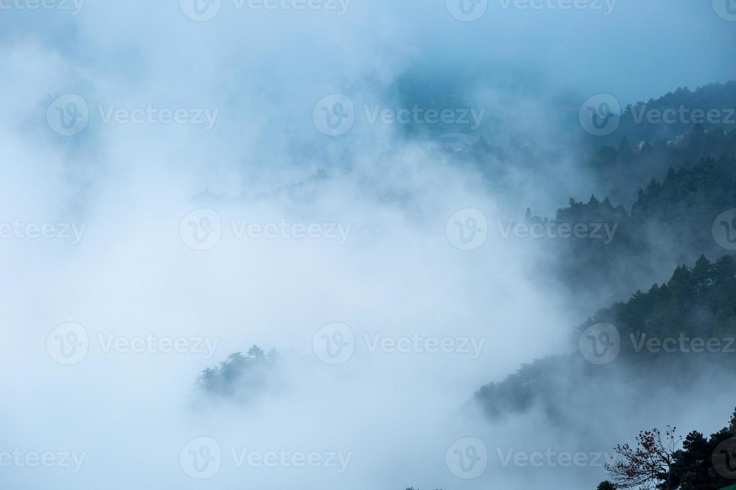 siempre cambiante niebla y nube foto