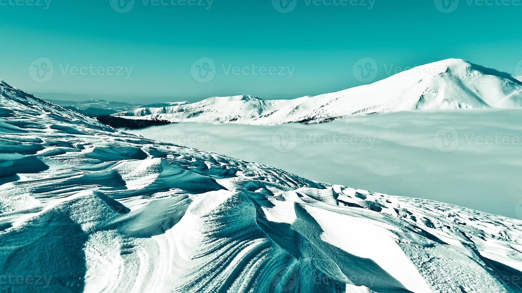figura viento en una ladera nevada foto