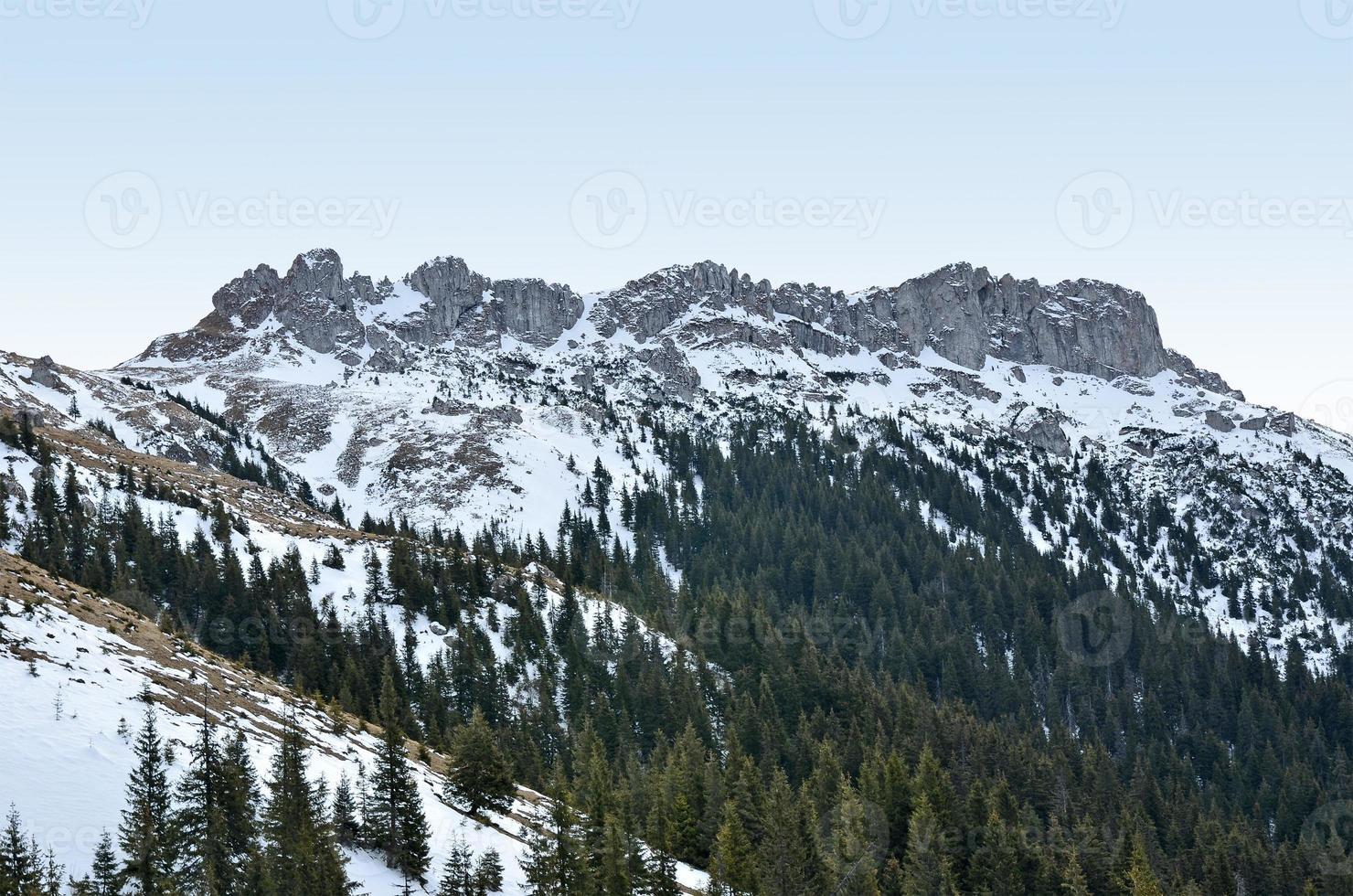 acantilado de montaña y formación rocosa al atardecer foto