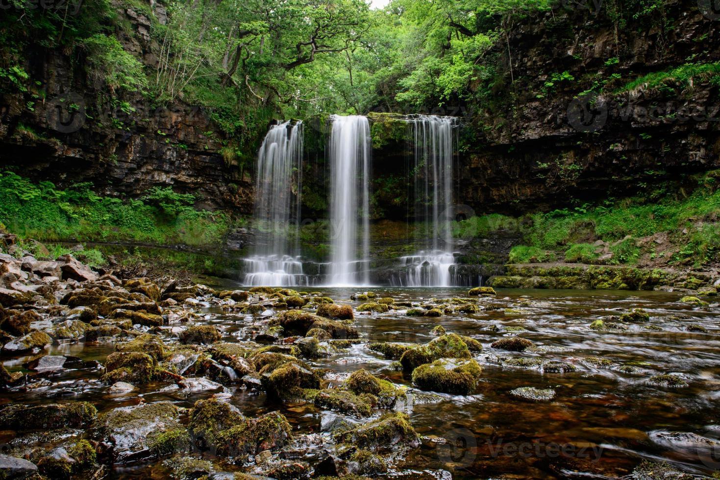 scwd yr eira cascada en el paisaje del sur de Gales foto