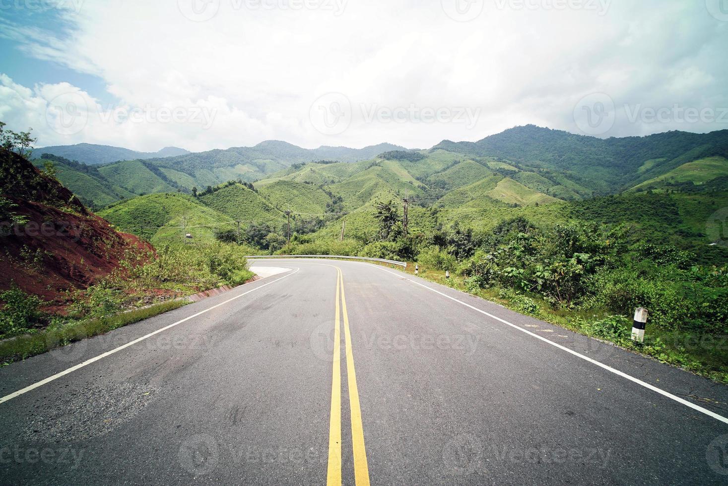camino rural en la montaña foto