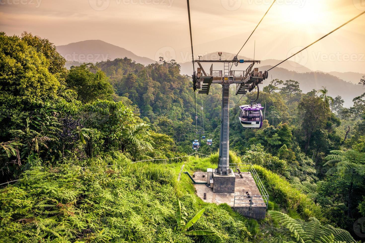 Tranvía aéreo subiendo en las montañas de la selva tropical foto