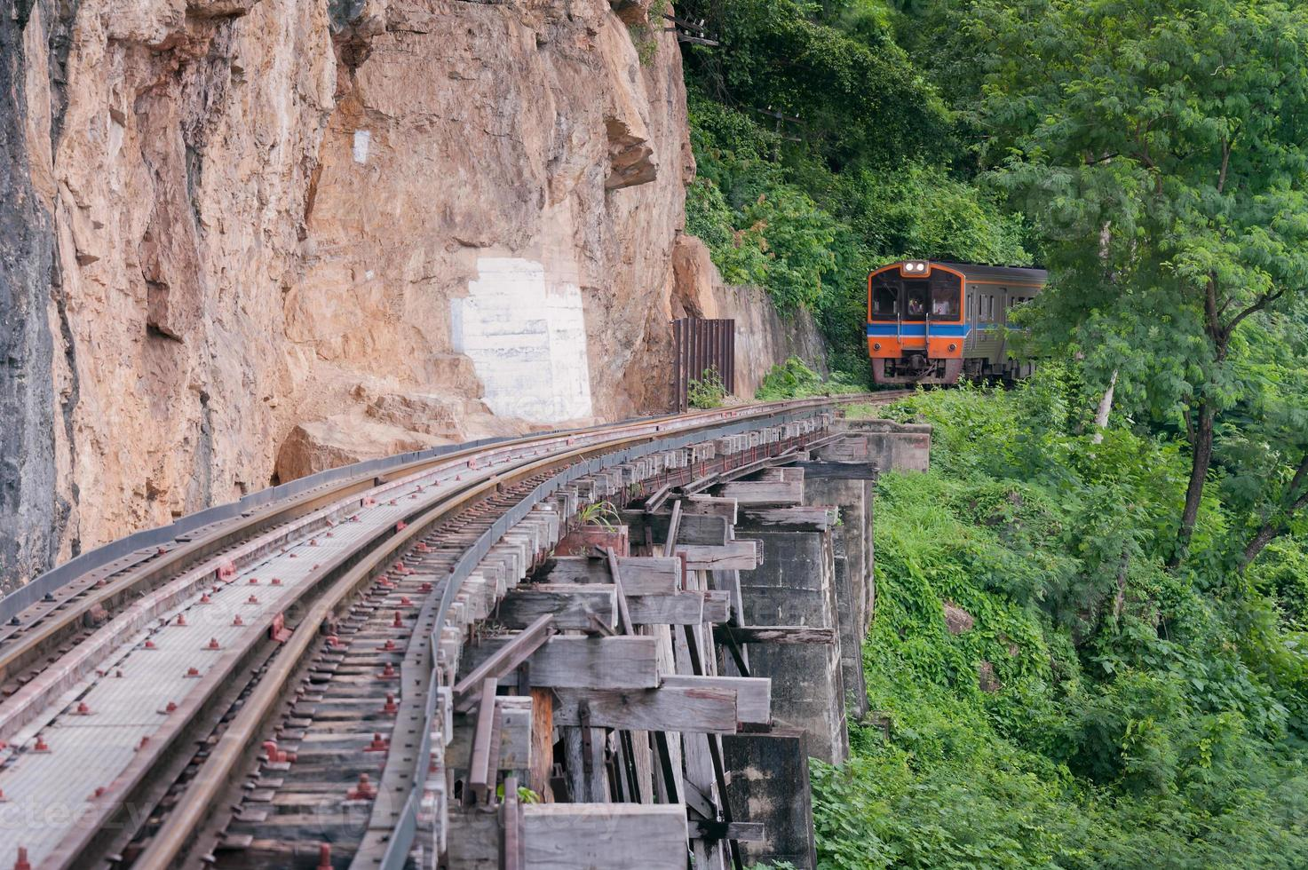 tren sobre riel antiguo al lado del acantilado. foto