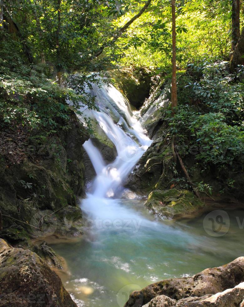 hermosa cascada en el parque nacional de erawan foto