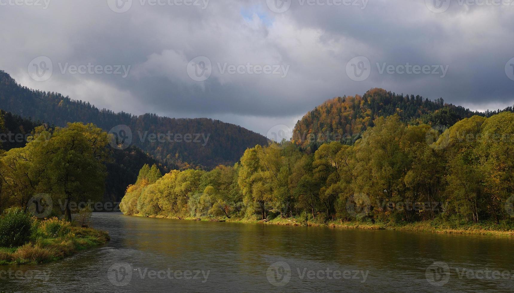 río san en el otoño. foto