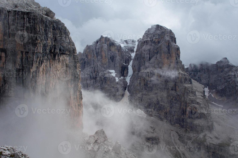 montañas de niebla foto