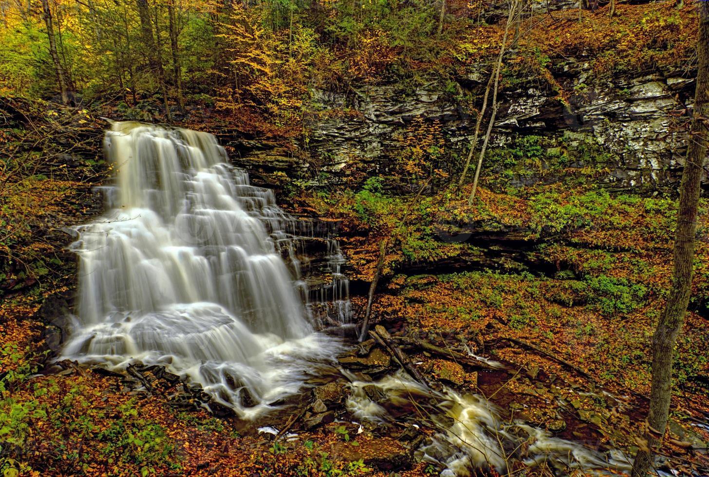 cascada en las montañas foto