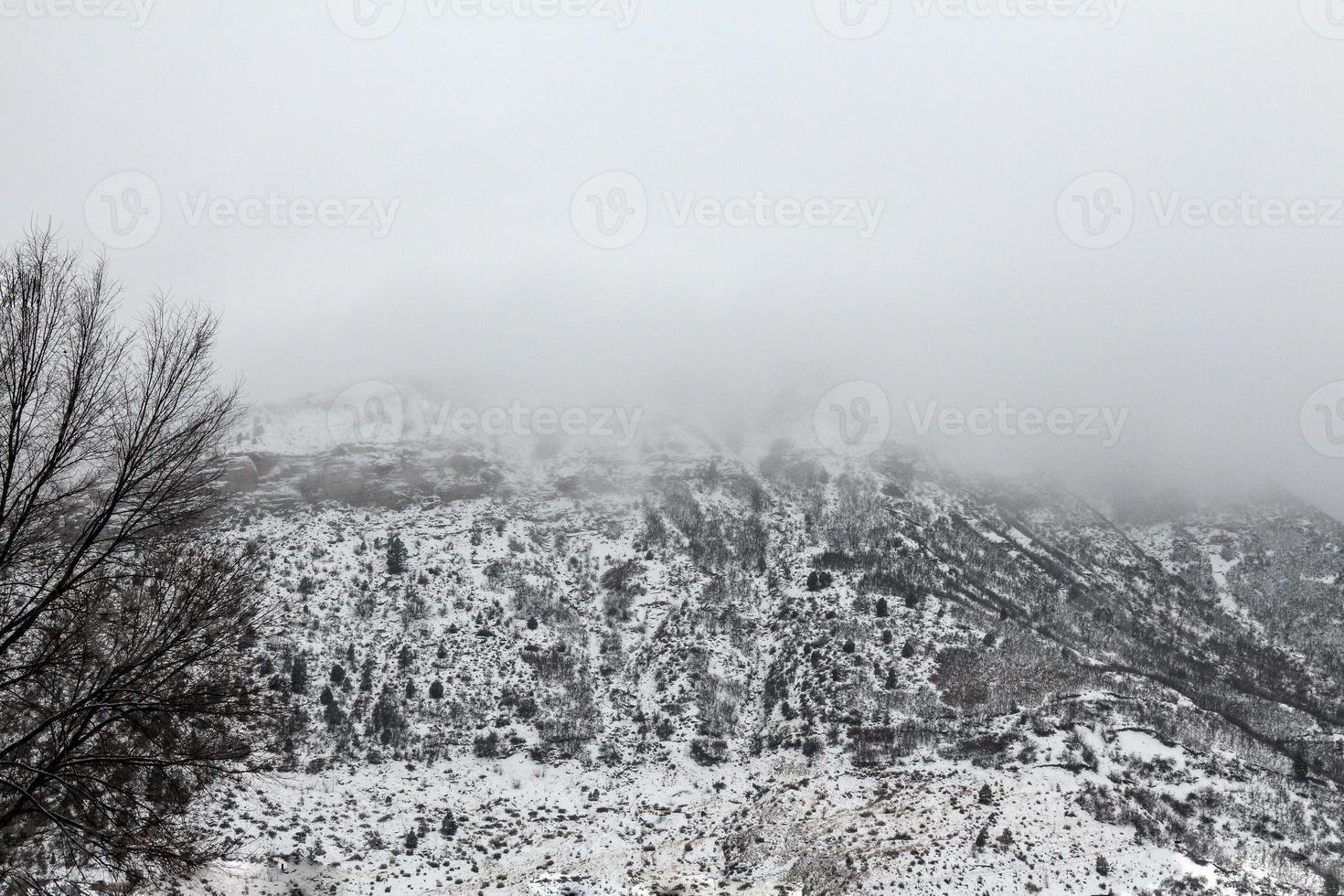 nube que cubre la montaña de fundición foto