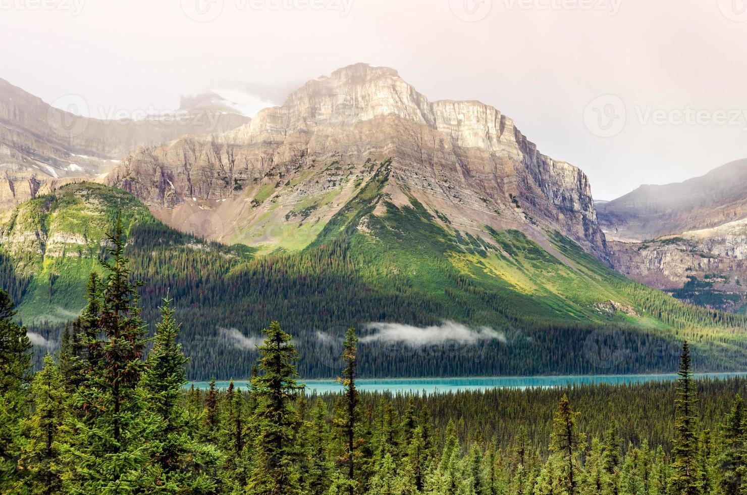 vista panorámica de la montaña cerca de icefields parkway, montañas rocosas canadienses foto