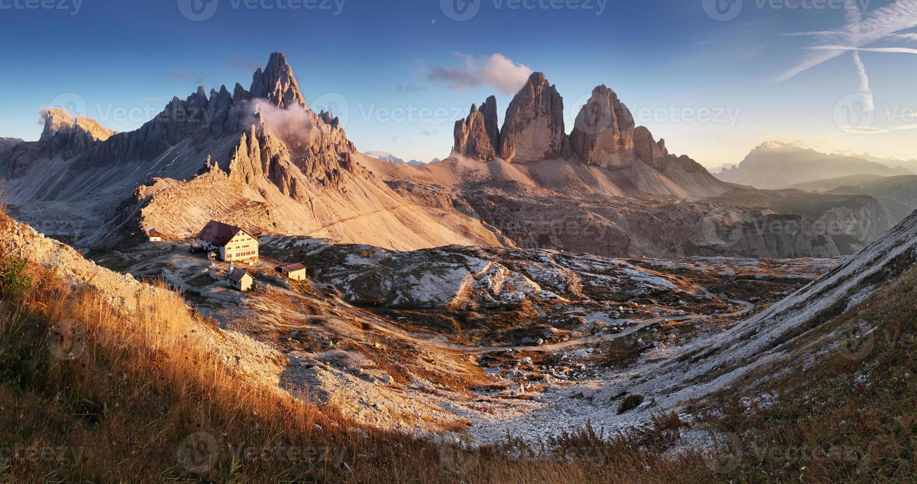 Panorama de la montaña al atardecer en los dolomitas de Italia - tre cime foto