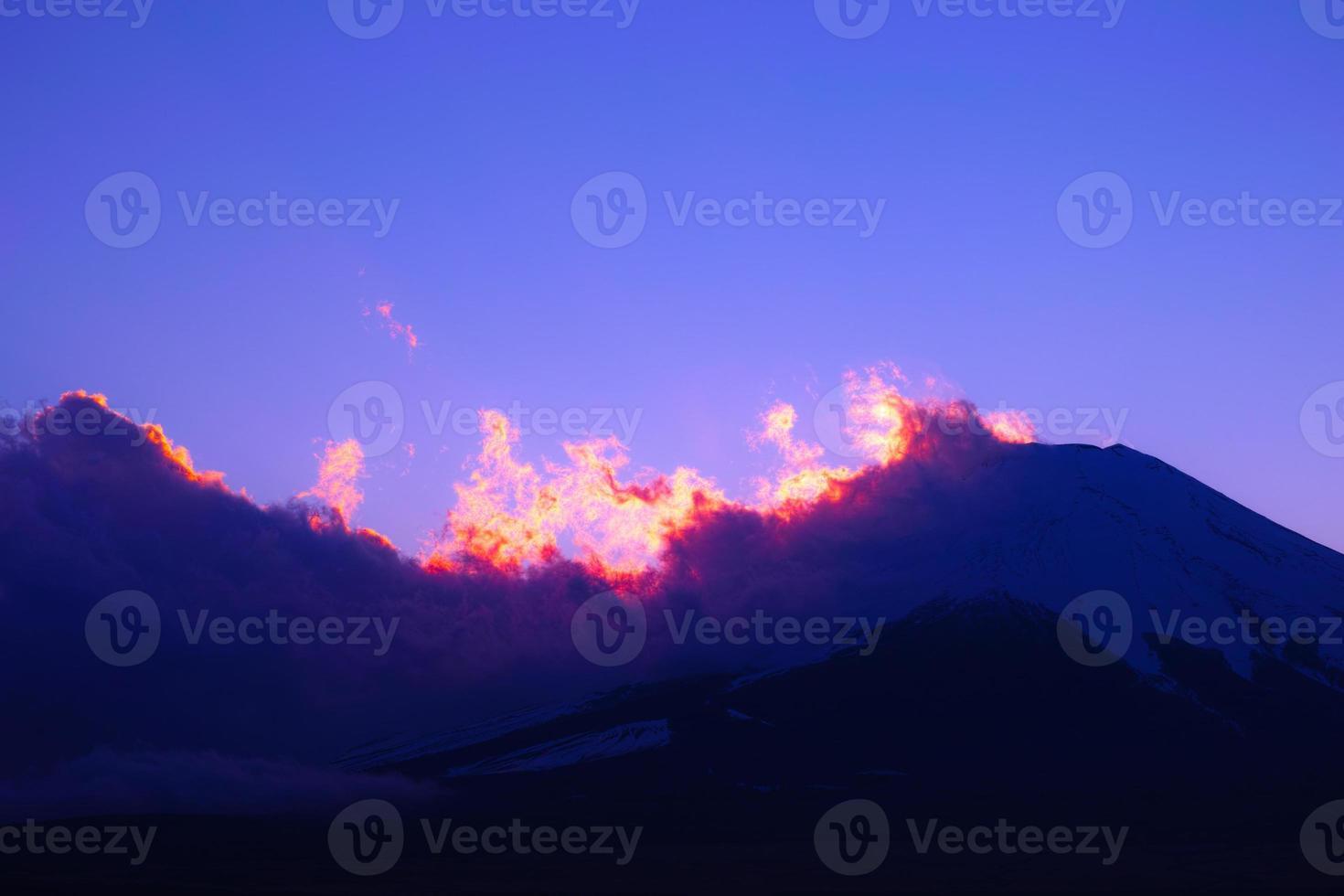 nubes iridiscentes y monte fuji foto