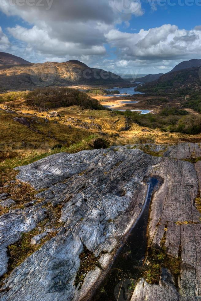 lagos y montañas en el área silvestre. foto