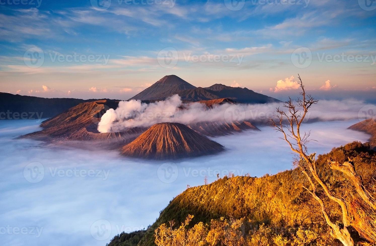 montaña del volcán bromo al amanecer foto