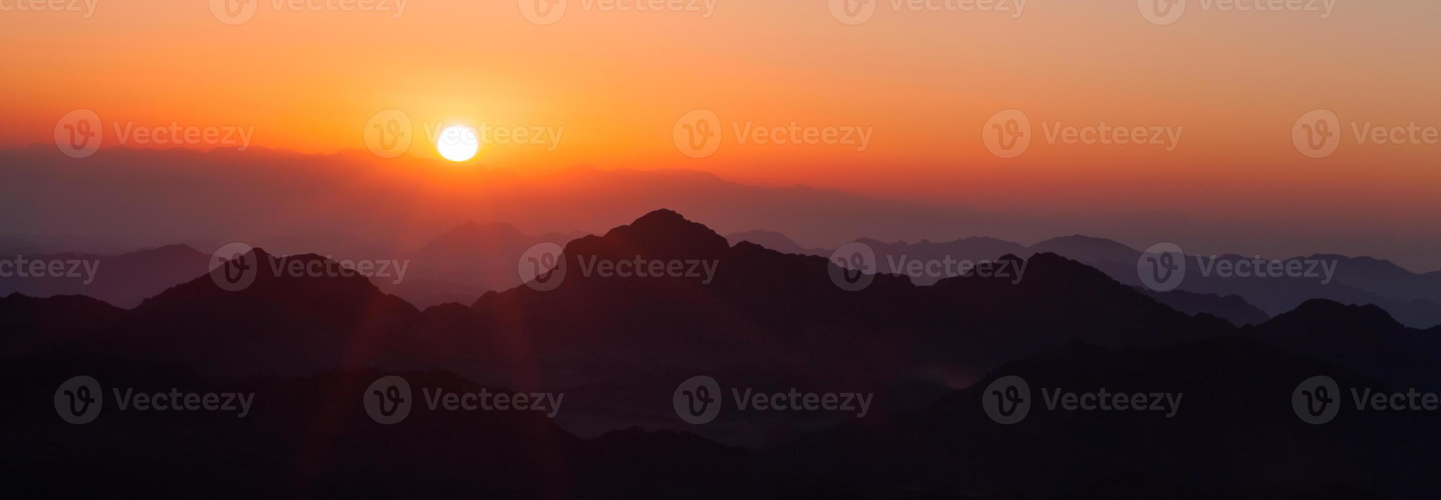 amanecer sobre las montañas foto