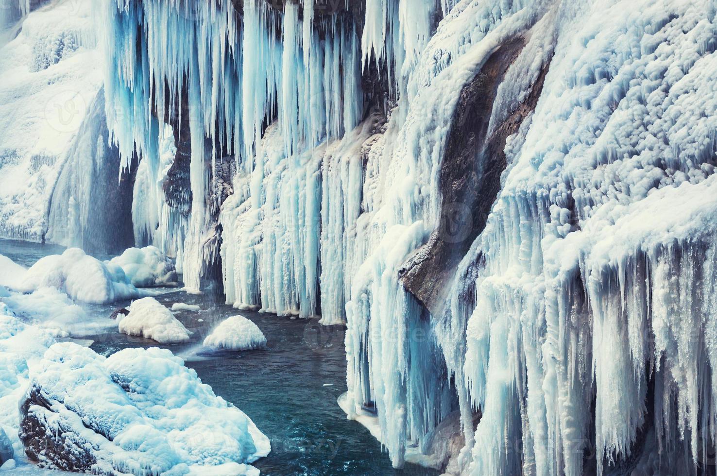 cascada congelada en las montañas foto