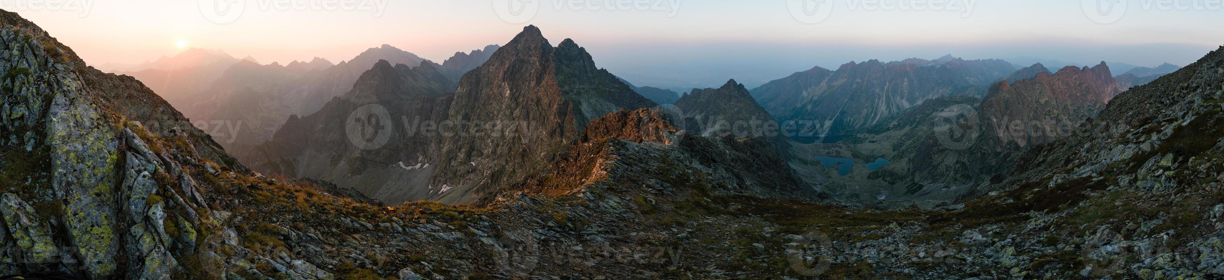 Altos picos tatras desde la cumbre rysy durante el amanecer foto