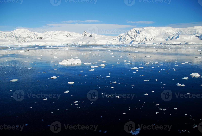océano azul en la antártida foto