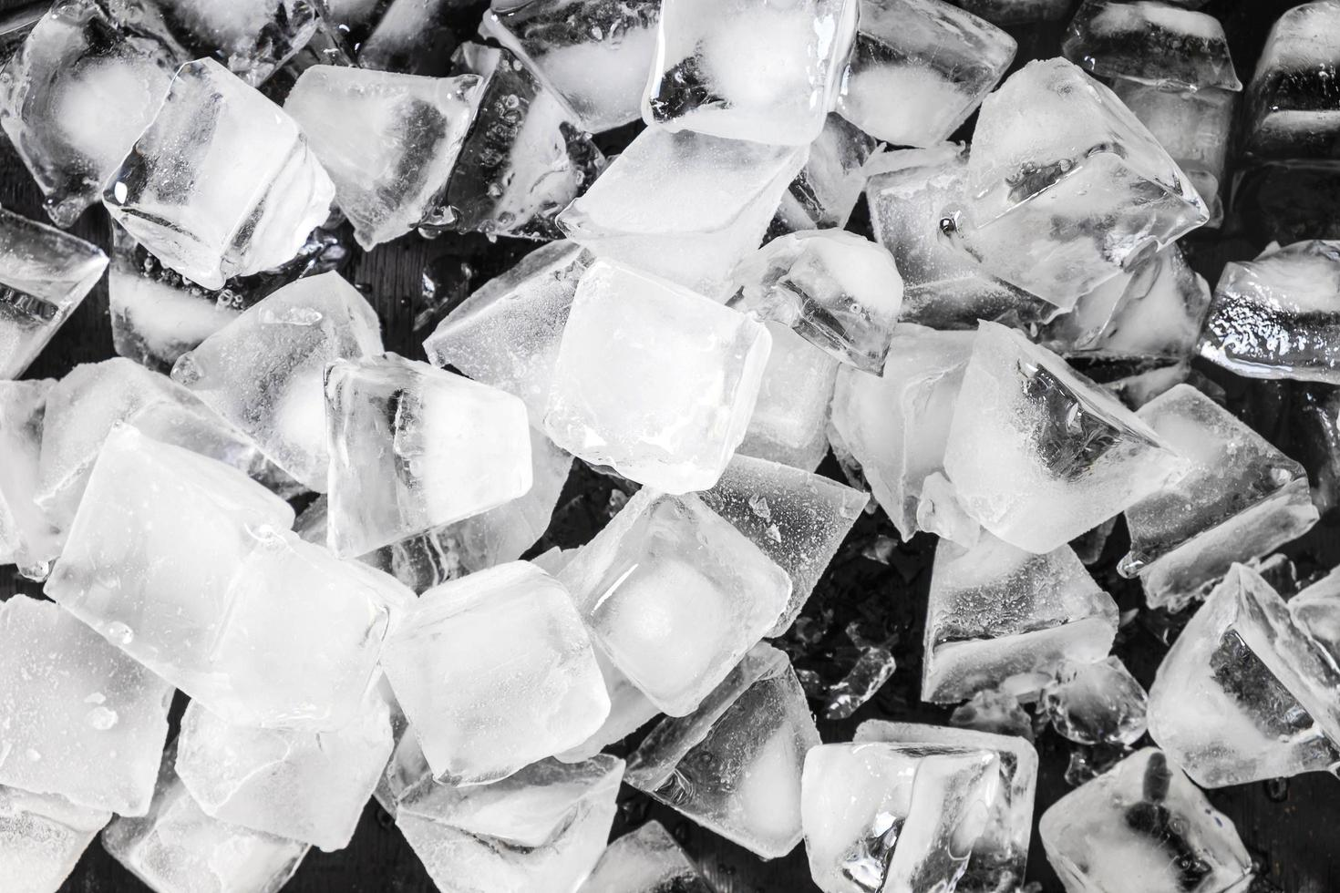 cubitos de hielo sobre fondo negro foto