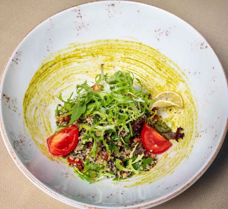sabrosa ensalada de verduras con hierbas foto