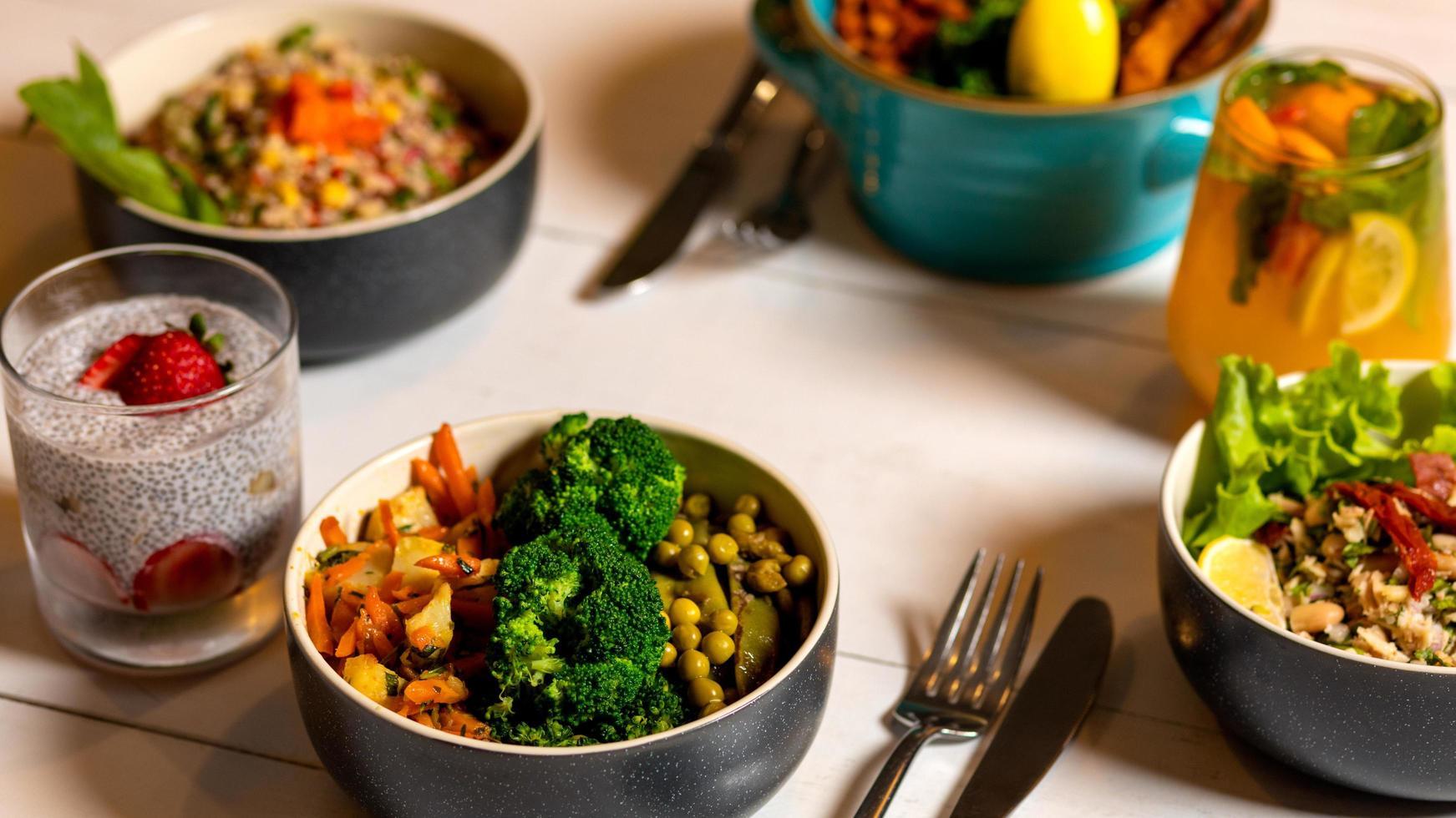 sabrosa ensalada vegetariana con pudin de chía foto
