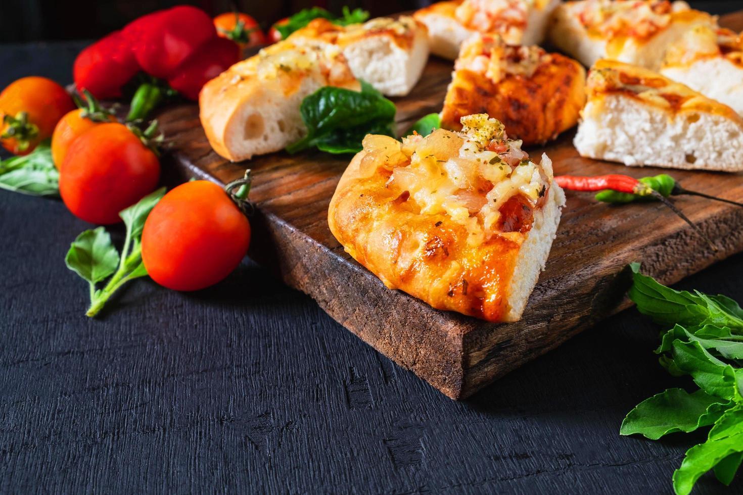 pizza caliente en bandeja de madera foto