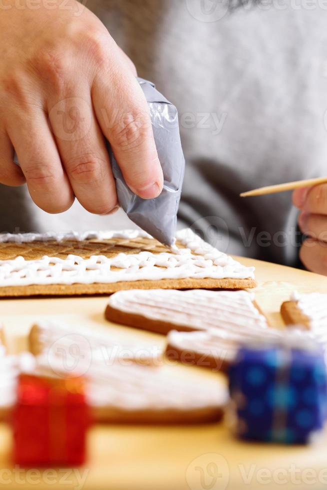 fabrication de maison en pain d'épice photo