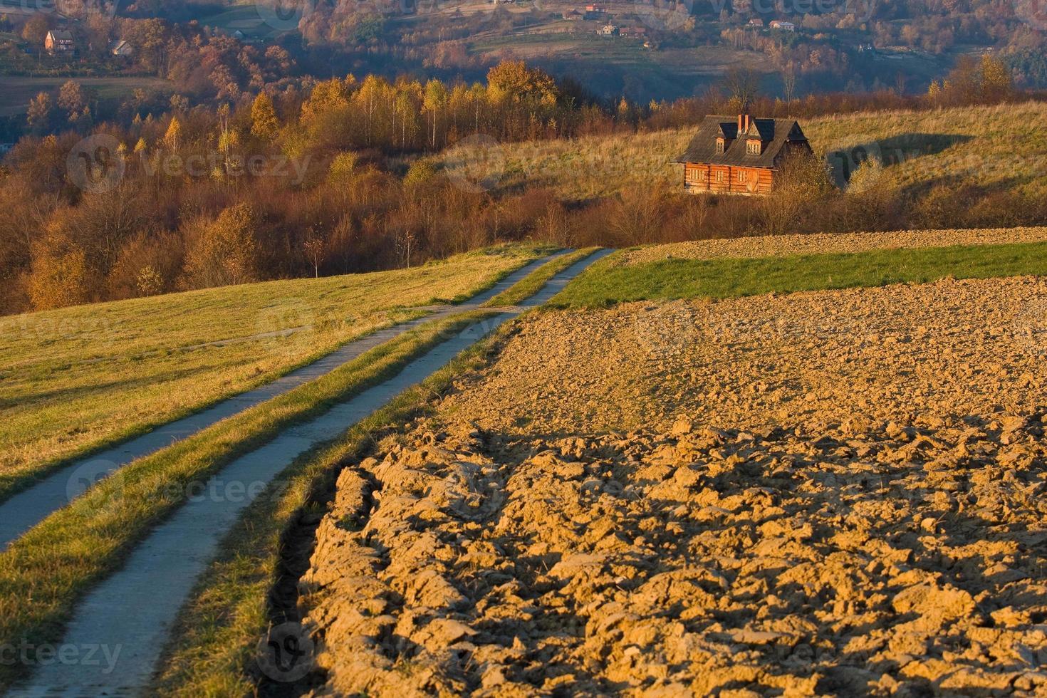 casa de campo em campos de outono foto