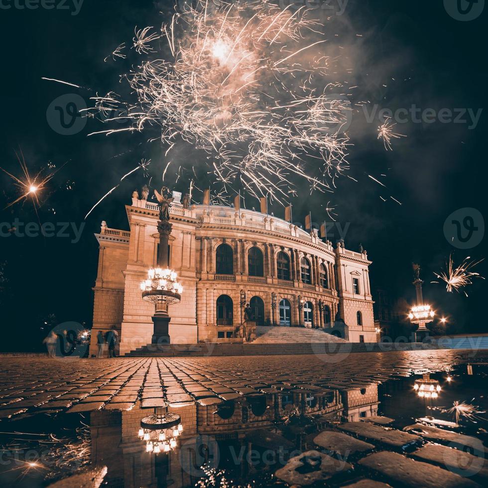 feux d'artifice sur l'opéra de prague photo