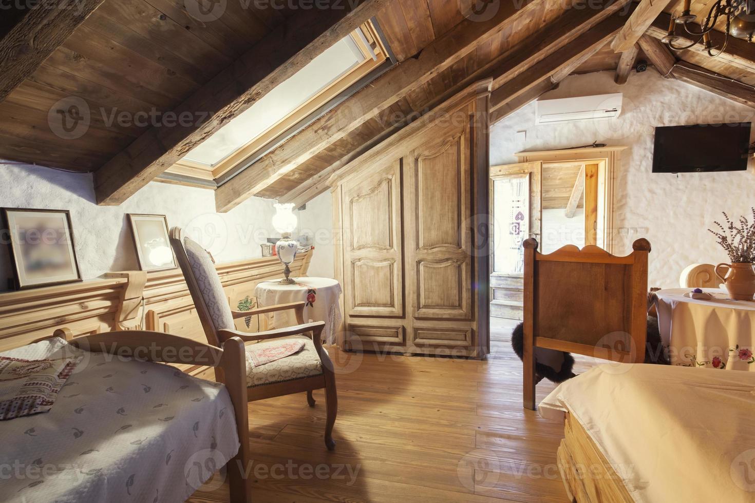 Intérieur de chambre de maison de montagne rustique photo