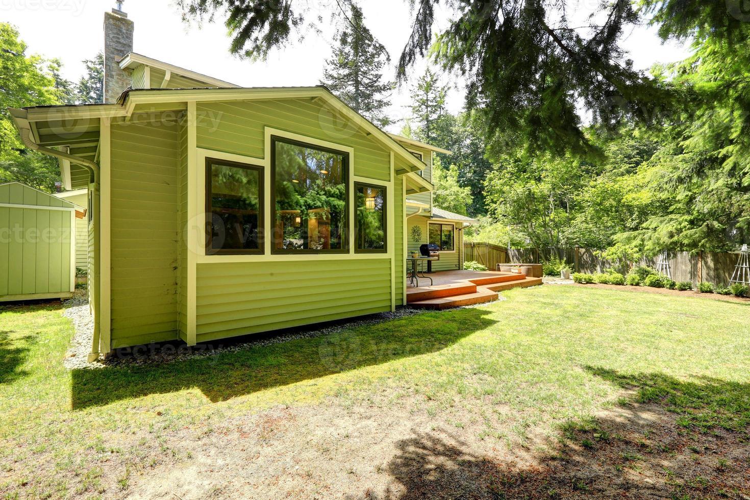huis met achtertuin staking patio foto