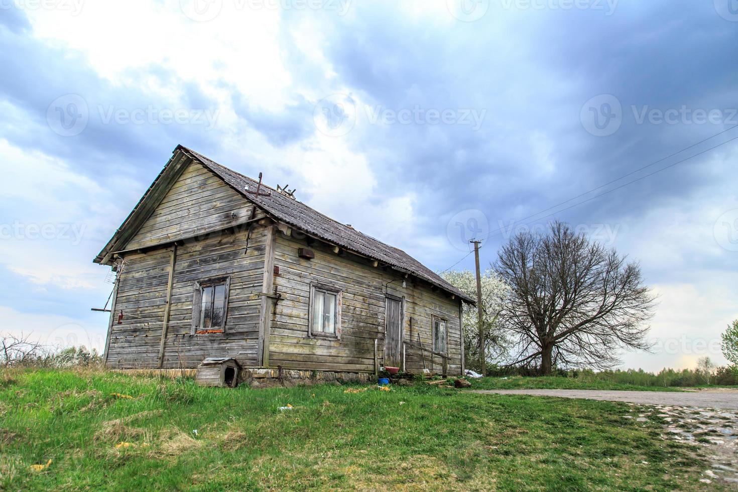 oud houten huis in de weide foto