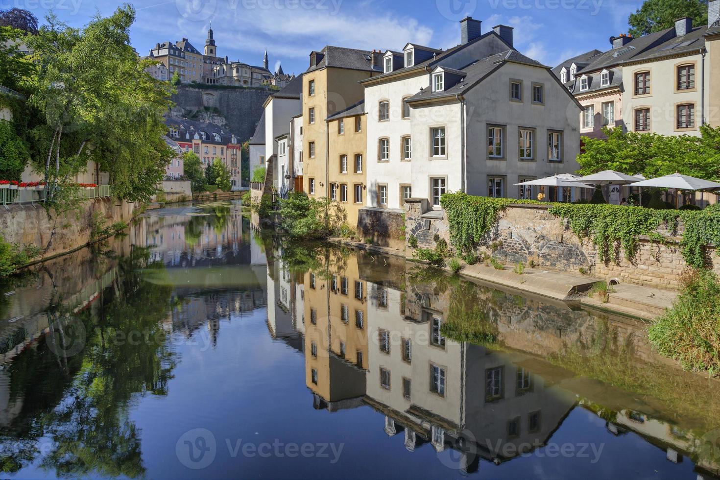 oude huizen die de rivier alzette weerspiegelen foto