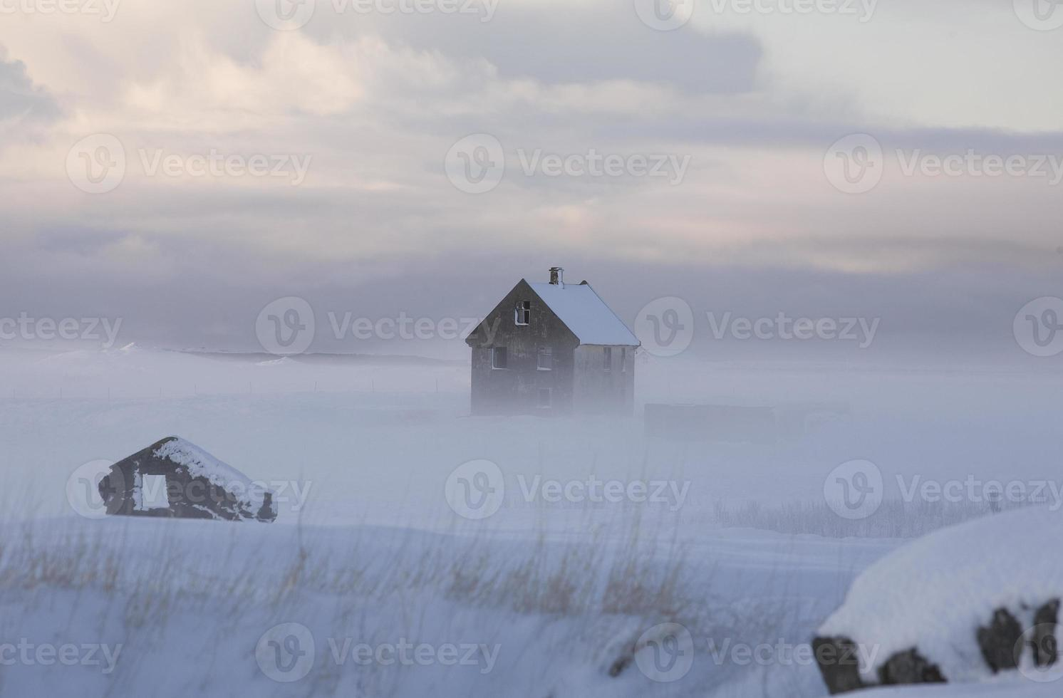 casa fantasma en la niebla foto