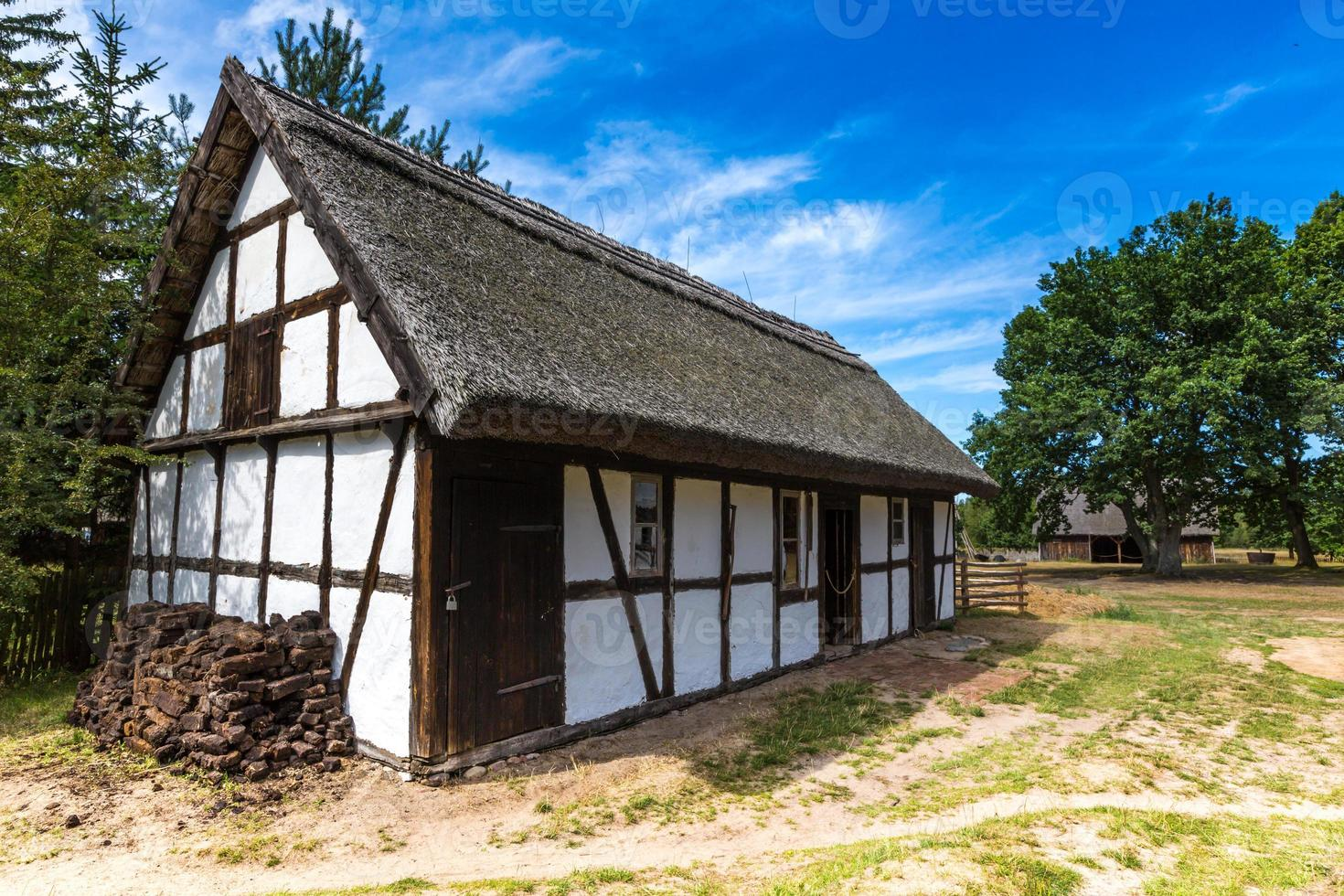 Antigua casa de madera en Kluki, Polonia foto