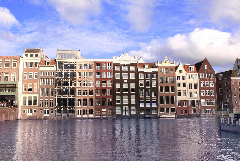 huizen in damrak, amsterdam, nederland foto