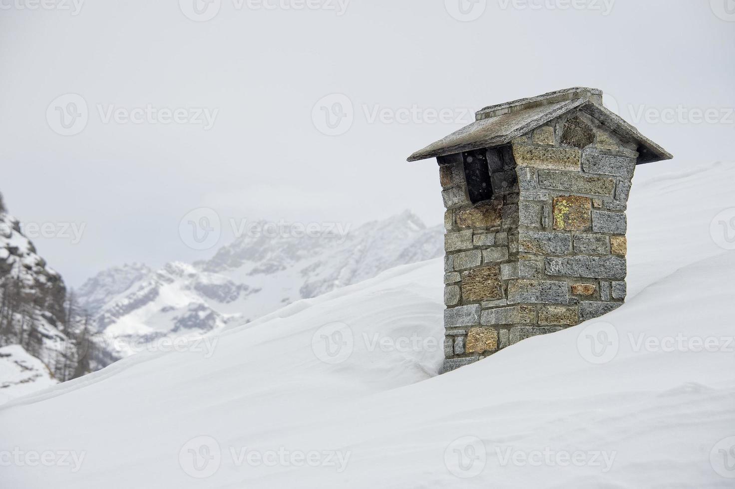 Techo de la casa de montaña con chimenea humeante foto