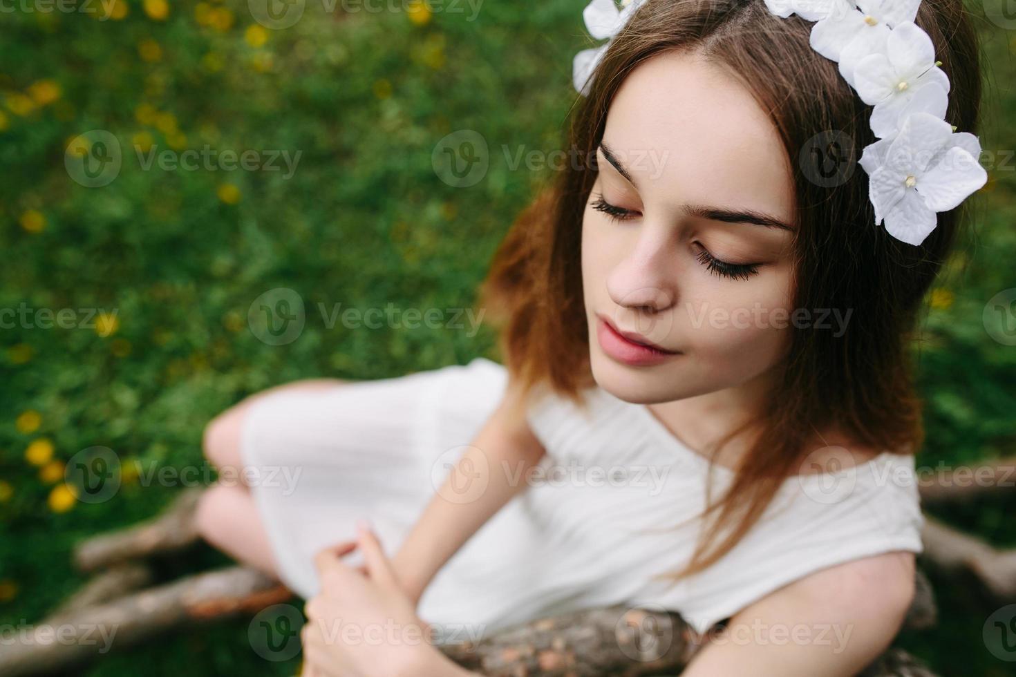 menina subindo escada em casa na árvore foto