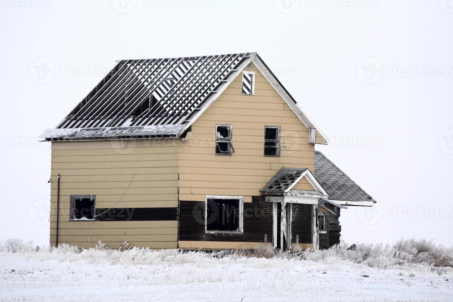 casa colonica abbandonata senza tetto in inverno foto