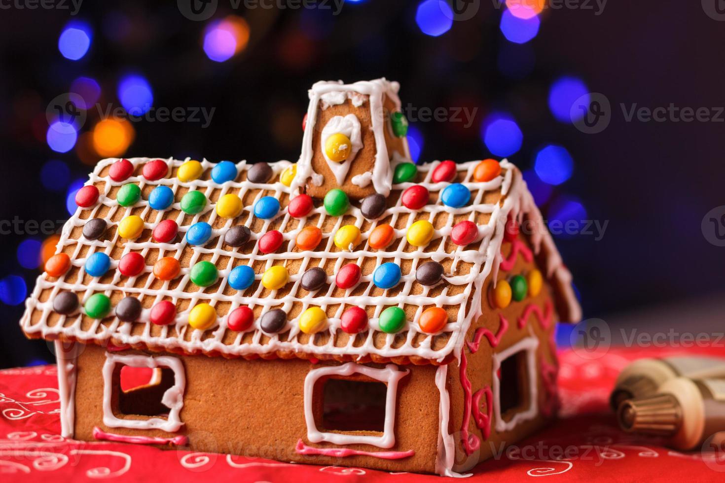casa de pão de mel decorada com doces coloridos foto
