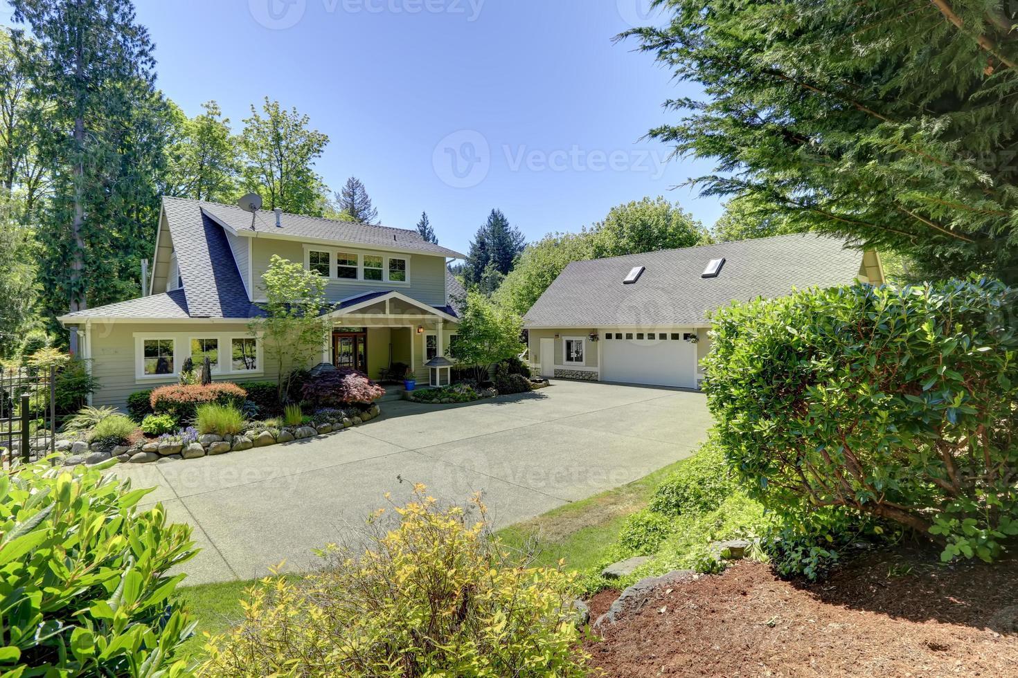 linda casa americana com canteiros de flores foto