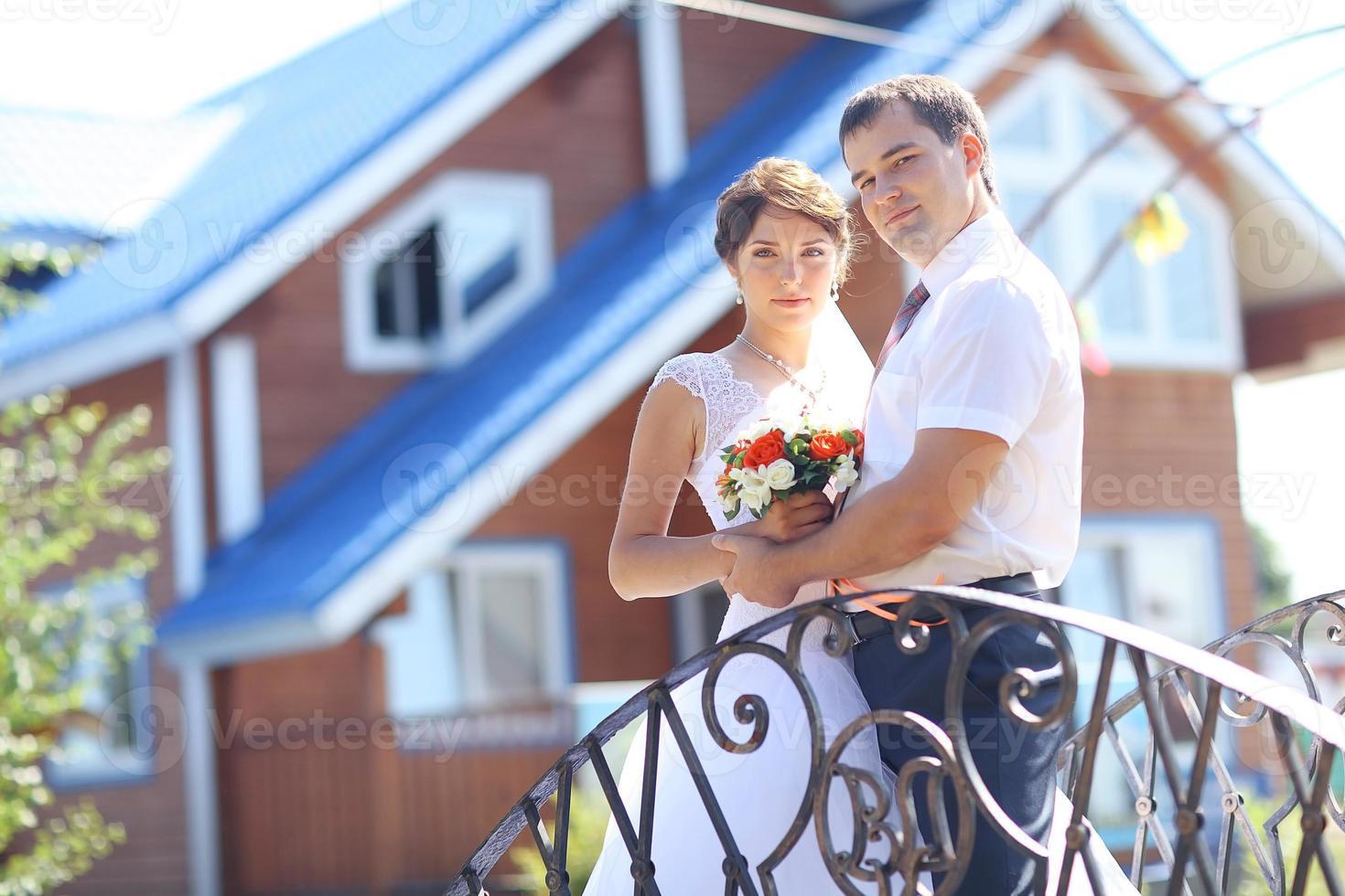 jonggehuwden huis housewarming bruid en bruidegom foto
