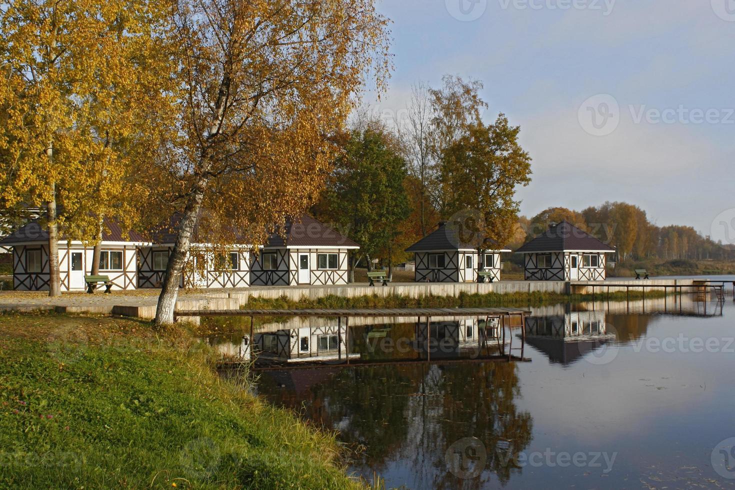 pequeñas casas y muelle en el lago foto