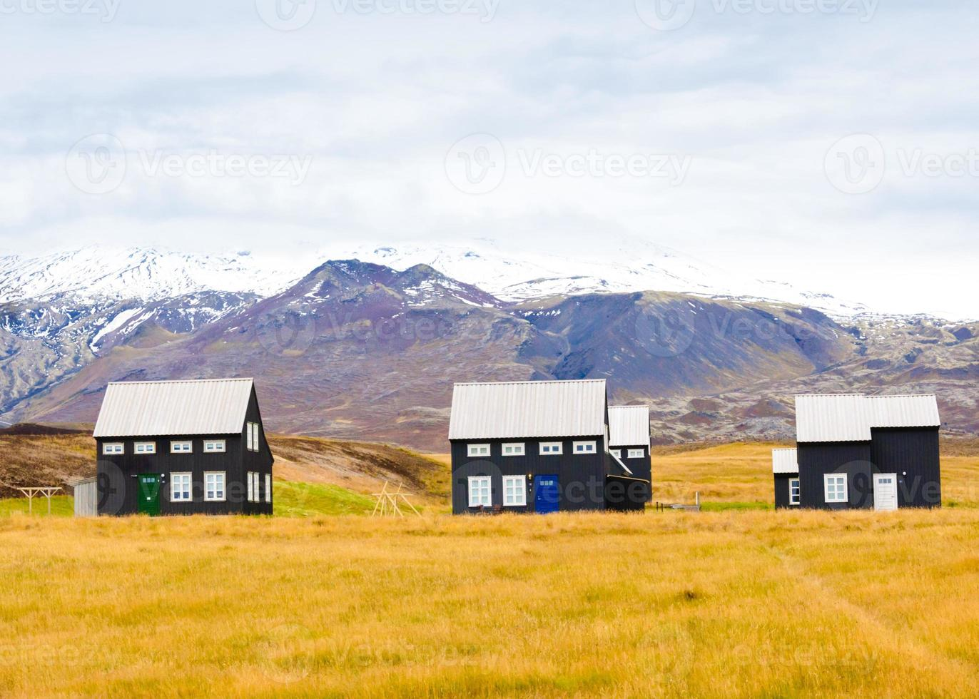 paisaje islandés con casas tradicionales, islandia foto
