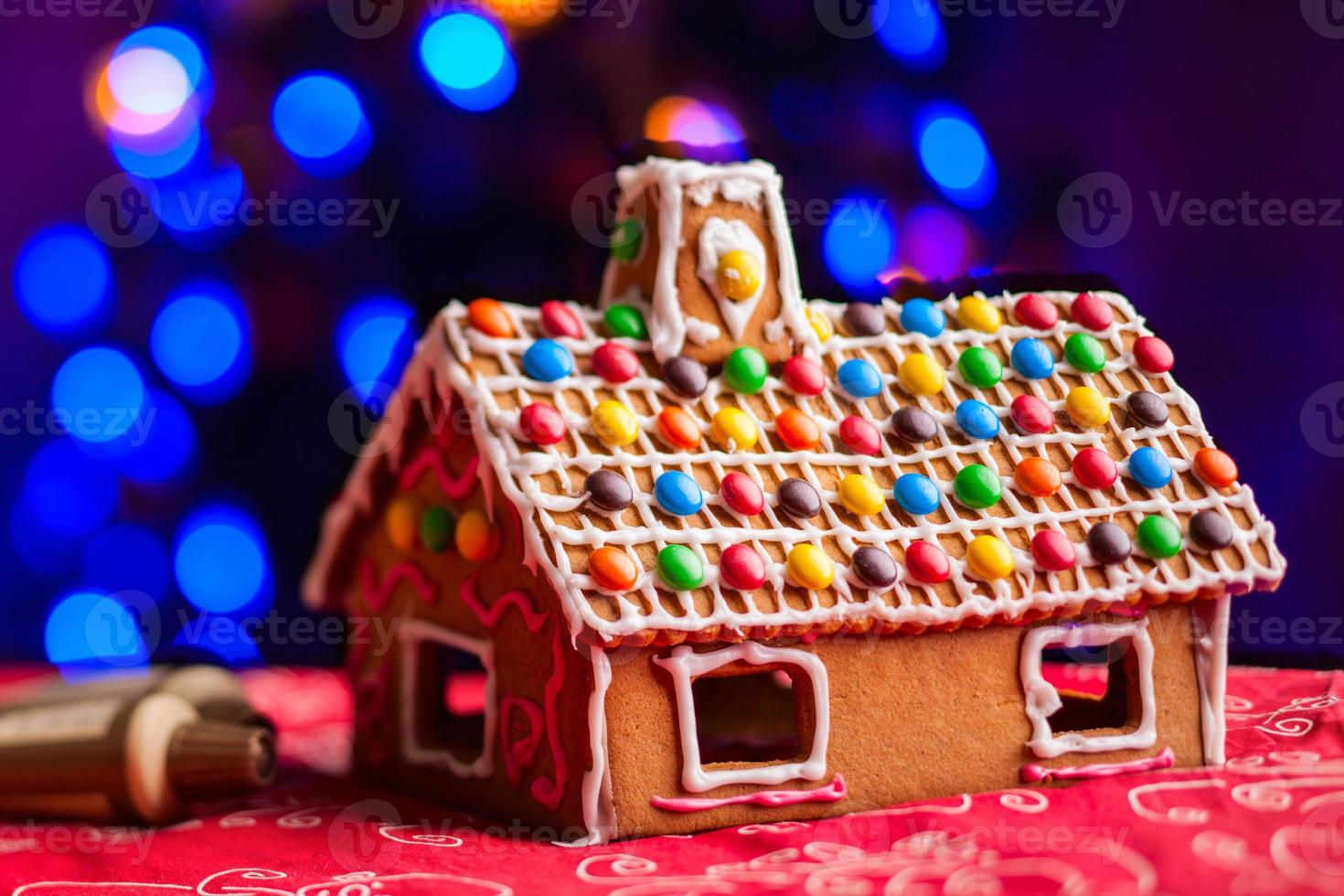 maison en pain d'épice décorée de bonbons colorés photo