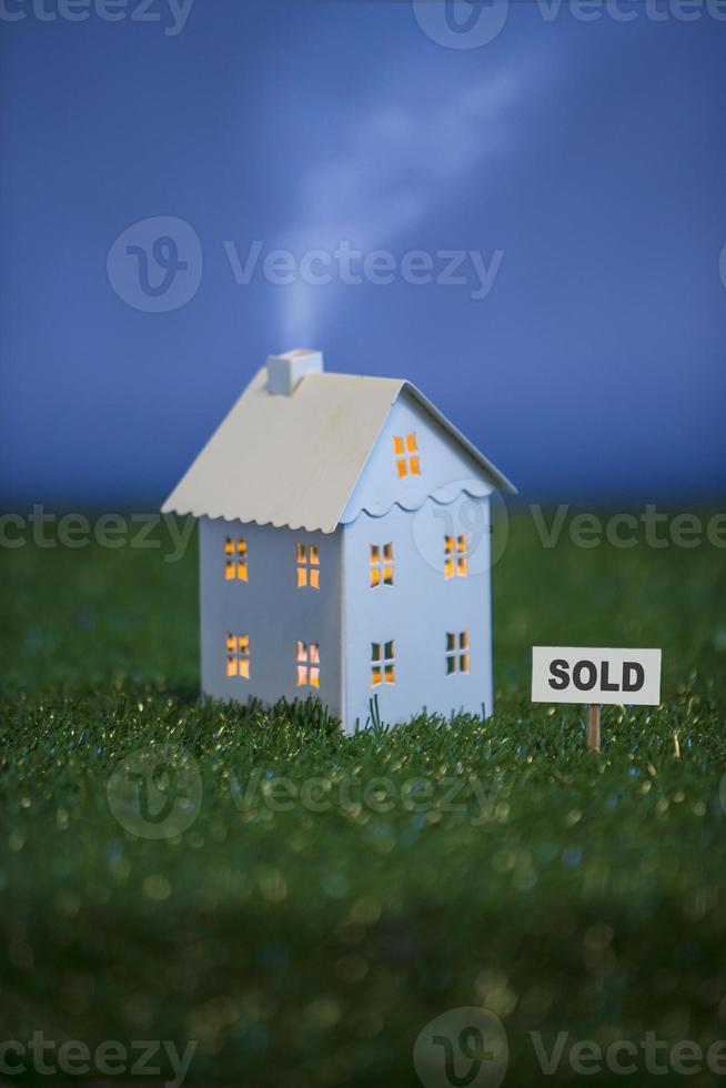 """wit metalen huis met """"verkocht"""" teken foto"""