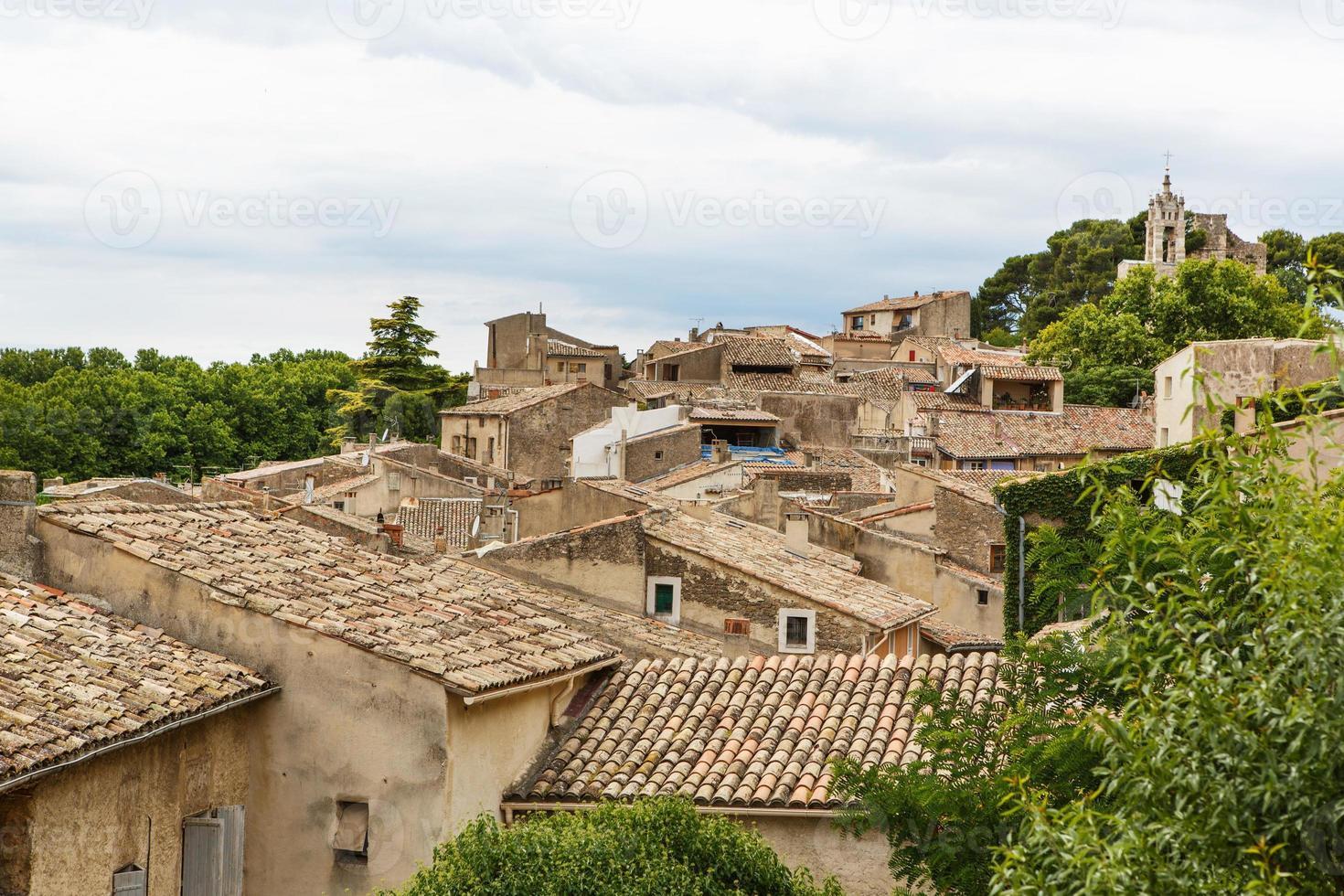 zicht op het dorpsdak en het landschap van de provence. foto