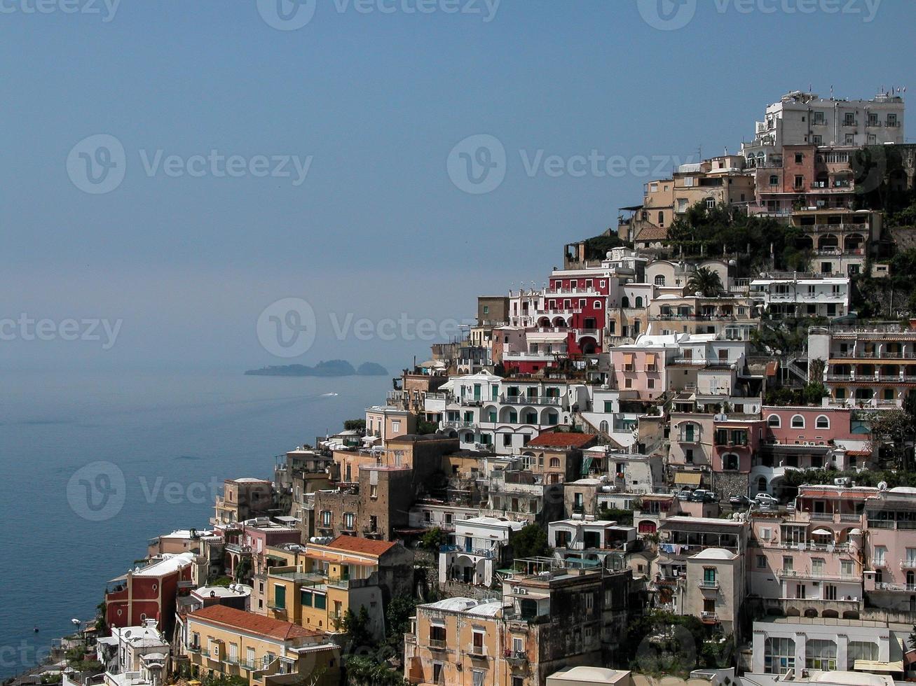 positano - imagen de casas apiñadas frente al mar. foto