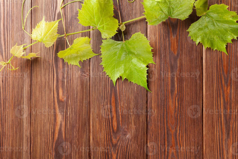 vid de uva en mesa de madera foto